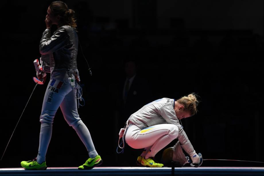 A esgrimista ucraniana, Olga Kharlan, reage após vencer a francesa Manon Brunet, nos Jogos Olímpicos Rio 2016