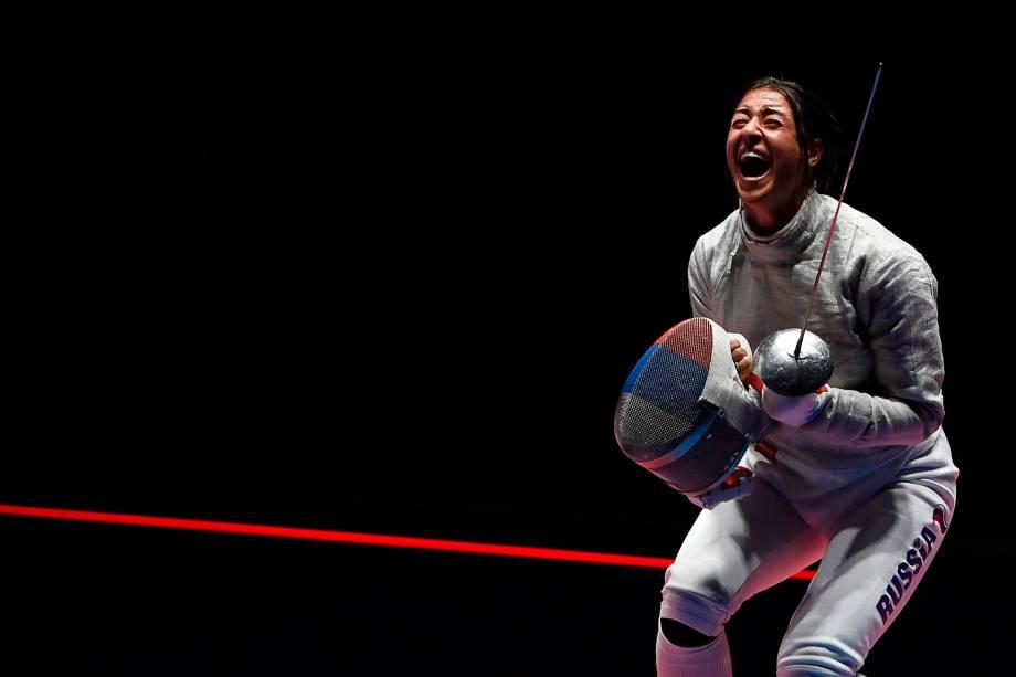 A esgrimista russa, Yana  Egorian, comemora vitória sobre Olga Kharlan, da Ucrânia, nos Jogos Olímpicos Rio 2016