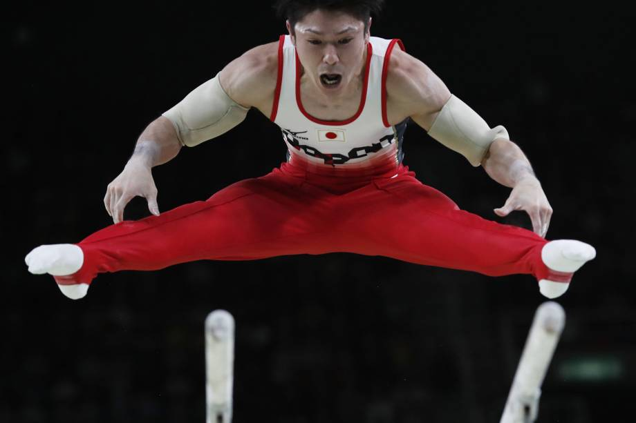 O ginasta japonês, Kohei Uchimura, durante a prova nas barras paralelas na final da ginástica artística nas Olimpíadas Rio 2016