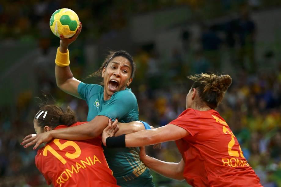 A brasileira Ana Paula Belo, tenta passar pelo bloqueio da seleção de handebol da Romênia