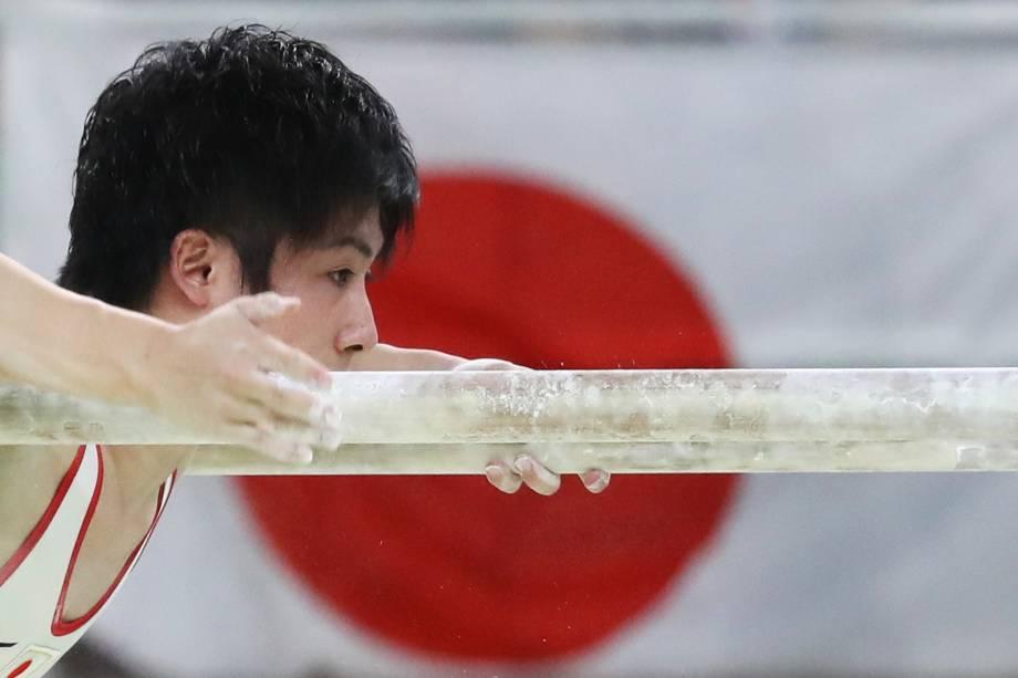 O ginasta Ryohei Kato, do Japão, durante a prova de barras paralelas, durante a final de equipes nos Jogos Olímpicos Rio 2016