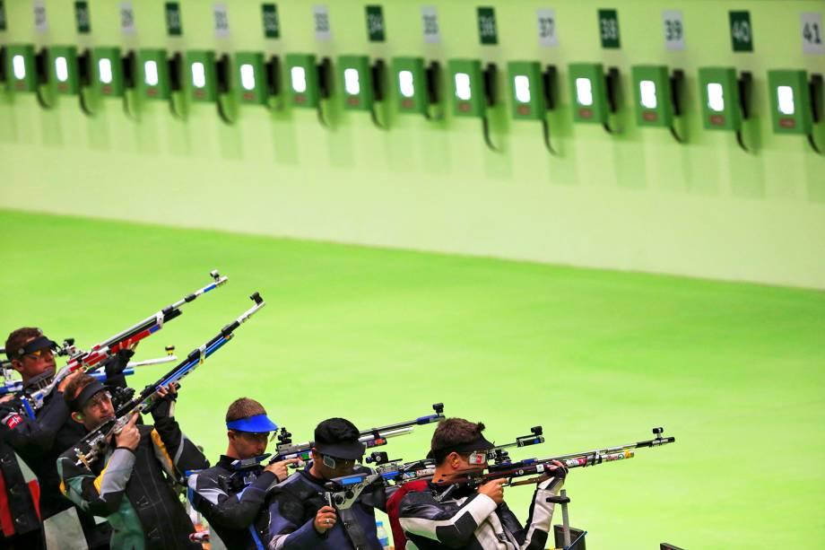 Competidores durante a prova de tiro masculino, categoria 10m rifle de ar, no Centro Olímpico de Tiro - 08/08/2016
