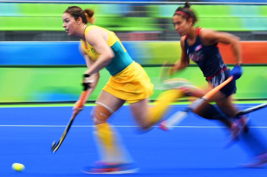 A australiana Karri McMahon mantém a posse de bola, marcada pela americana Melissa Gonzalez, no hóquei sobre grama feminino, em partida realizada no Centro Olímpico de hóquei - 08/08/2016