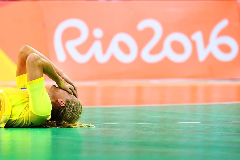 Jogadora sueca lamenta jogada perdida, durante partida do handebol feminino contra a Coreia do Sul, na Arena do Futuro - 08/08/2016