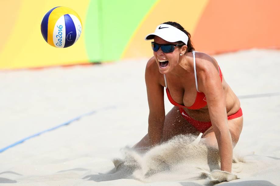 A suíça Isabelle Forrer comemora após vencer a partida contra a Austrália, pelo vôlei de praia feminino - 08/08/2016
