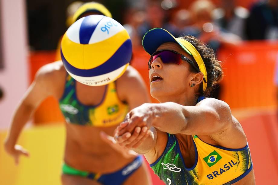 A brasileira Bárbara, durante partida contra a Argentina, no vôlei de praia femnino, na Praia de Copacabana - 08/08/2016