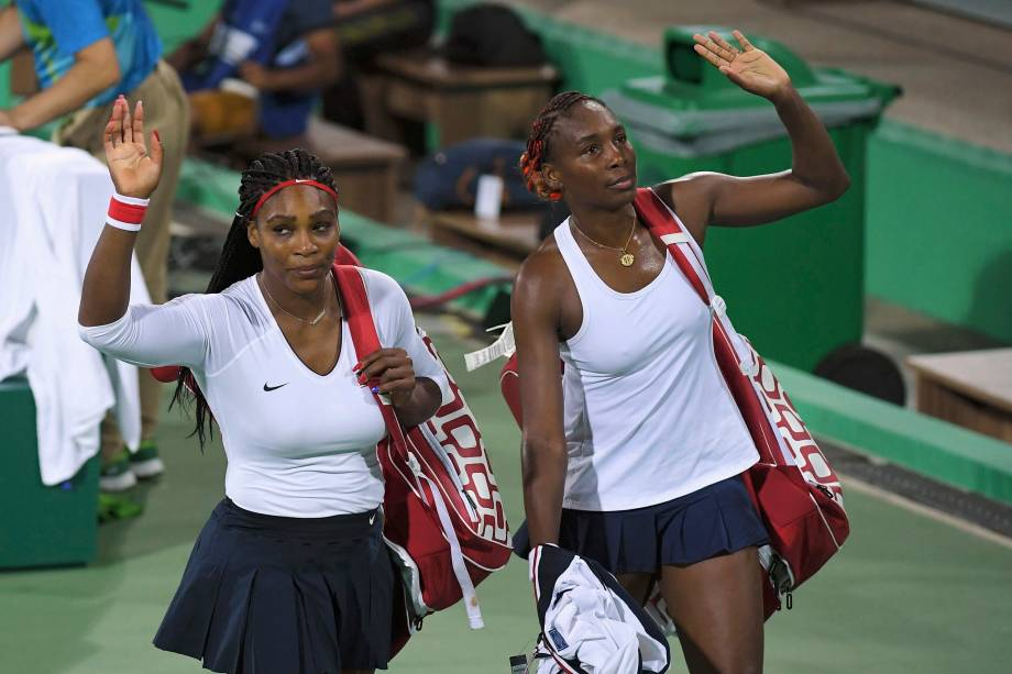 2016 Rio Olympics - Tennis - Preliminary - Women's Doubles First Round - Olympic Tennis Centre - Rio de Janeiro, Brazil - 07/08/2016. Serena Williams (USA) of USA and Venus Williams (USA) of USA leave after losing their match against Lucie Safarova (CZE) of Czech Republic and Barbora Strycova (CZE) of Czech Republic.  REUTERS/Toby Melville TPX IMAGES OF THE DAY. FOR EDITORIAL USE ONLY. NOT FOR SALE FOR MARKETING OR ADVERTISING CAMPAIGNS.