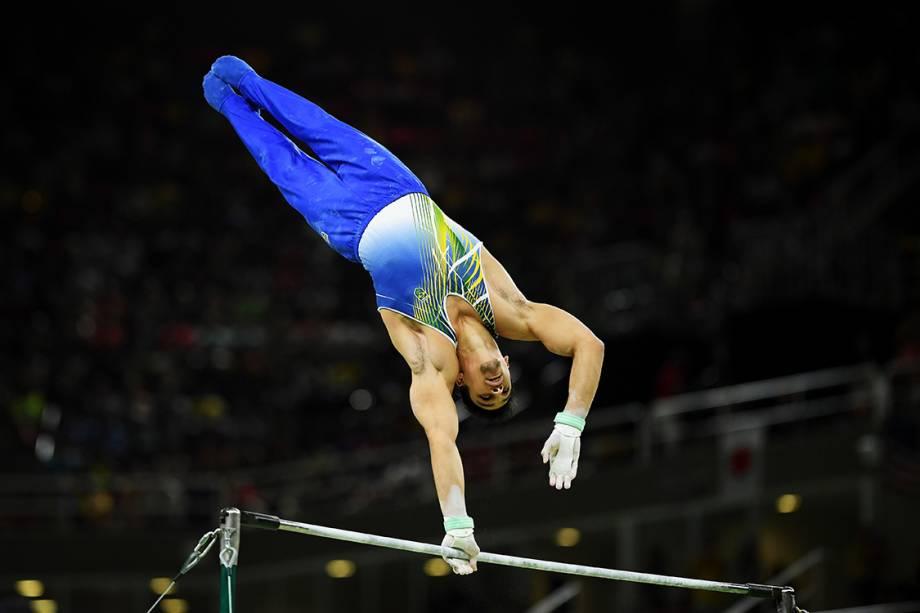 O ginasta brasileiro Francisco Barretto Junior, se apresenta na barra horizontal, durante a final de equipes nas Olimpíadas Rio 2016