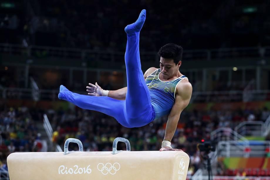 O ginasta brasileiro Sergio Sasaki, se apresenta no cavalo com alçcas, durante a final de equipes nas Olimpíadas Rio 2016