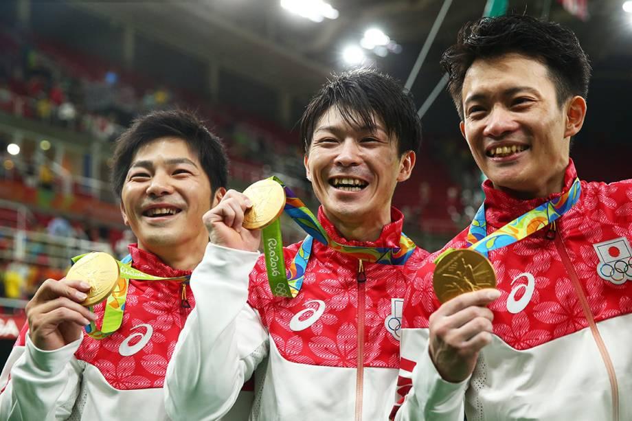 Seleção japonesa de ginástica artística exibe a medalha de ouro após vencer a prova em equipes