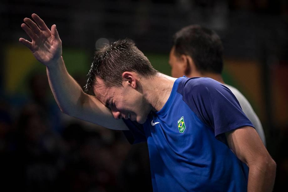 O brasileiro Hugo Calderano chora após perder para o japonês Jun Mizutani, nas oitavas de final do tênis de mesa