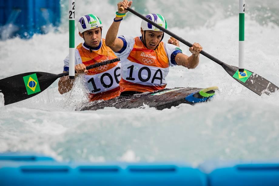 A dupla brasileira Charles Correa e Anderson Oliveira, durante as eliminatórias de canoagem slalom categoria C2, nas Olimpiadas Rio 2016.