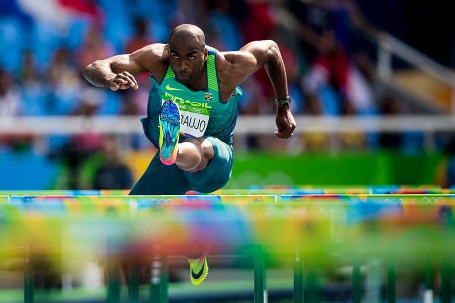 O brasileiro Luiz Alberto de Araújo disputa os 110 metros com barreiras do decatlon, nas Olimpiadas Rio 2016