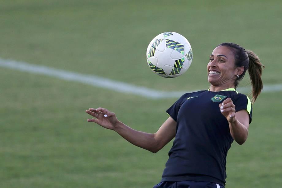 Marta, estrela da seleção feminina de futebol, faz embaixadinhas durante treino para os Jogos Olímpicos - 08/08/2016