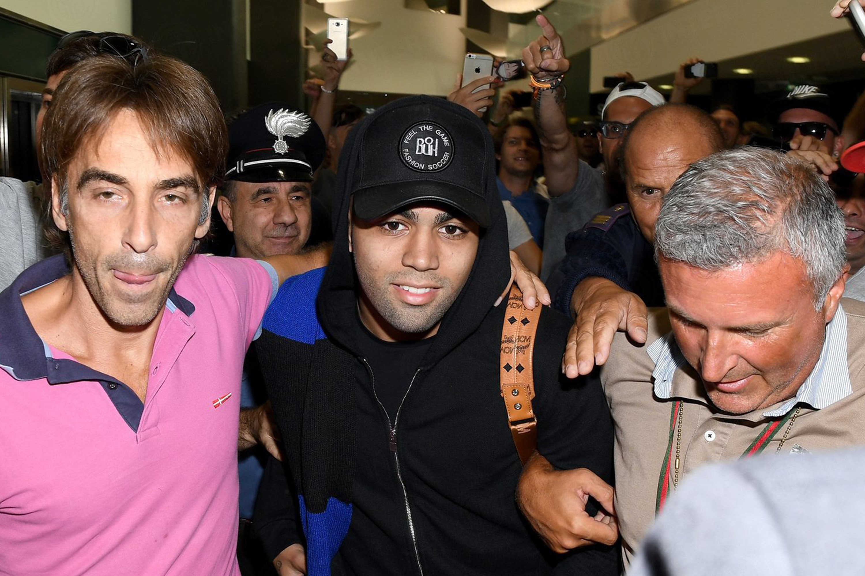Gabriel Barbosa é recepcionado por torcedores após assinar com a Inter de Milão