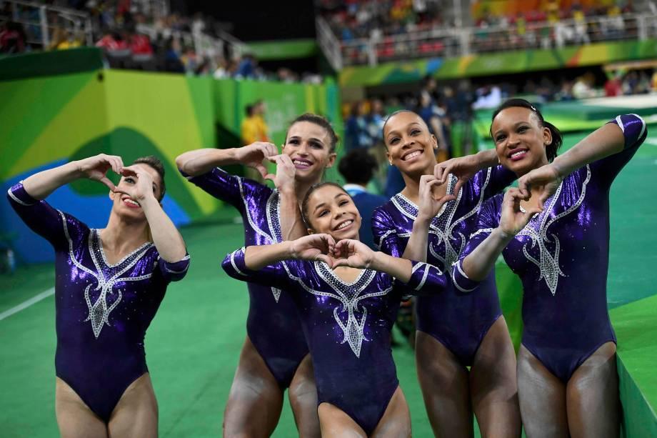 Equipe feminina do Brasil posa para foto após etapa de classificação da ginástica artística