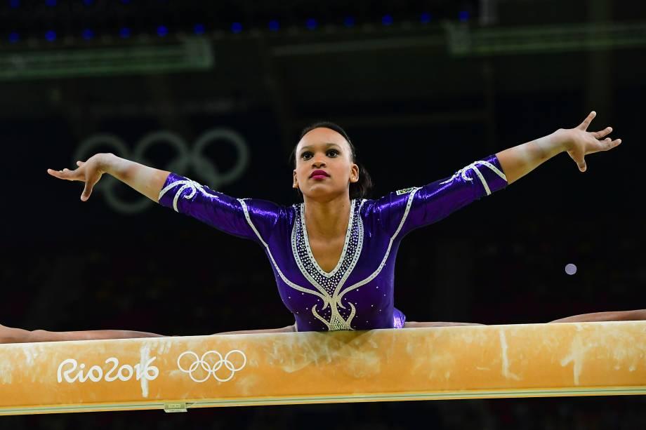 Rebeca Andrade durante apresentação na barra de equilíbrio na etapa classificatória da ginástica artística feminina