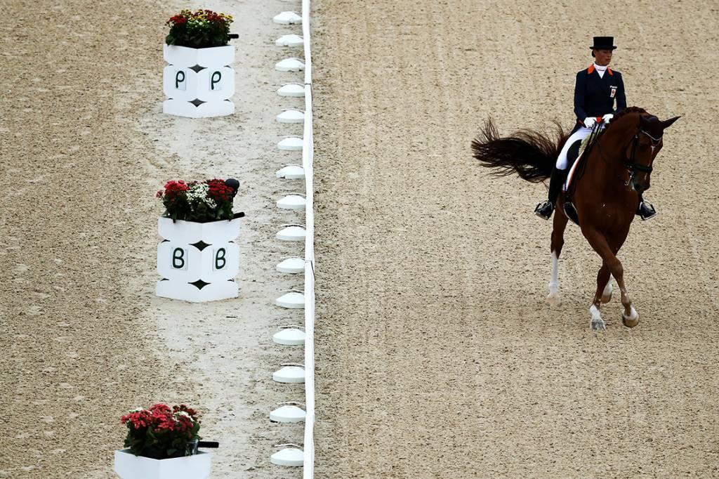 A amazonas Adelinde Cornelissen, da Holanda, durante a prova de adestramento individual, nos Jogos Olímpicos Rio 2016