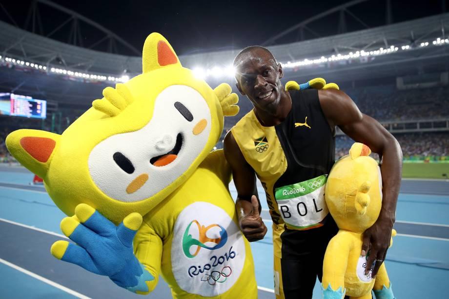 Usain Bolt posa para foto com o mascote Vinícius após vencer a final dos 100m rasos na Rio-2016