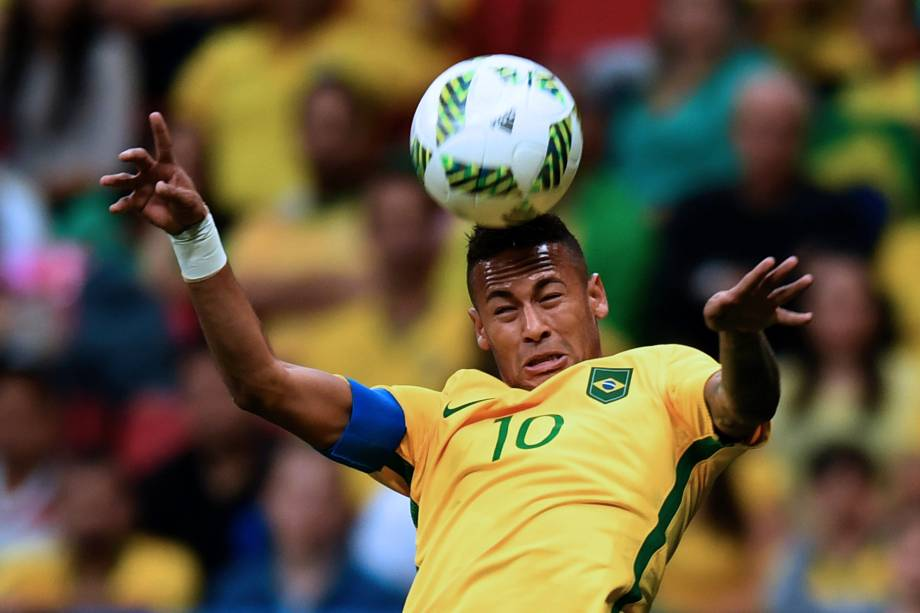 O atacante Neymar domina a bola na partida contra o Iraque no Estádio Nacional Mané Garrincha em Brasília