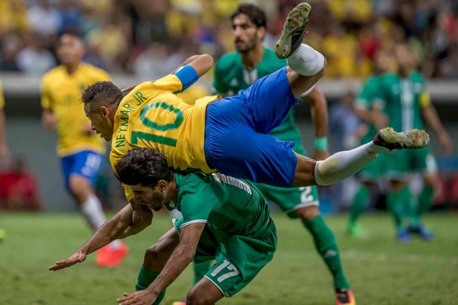 Neymar divide jogada com Mhawi do Iraque no empate em 0 a 0 em Brasília