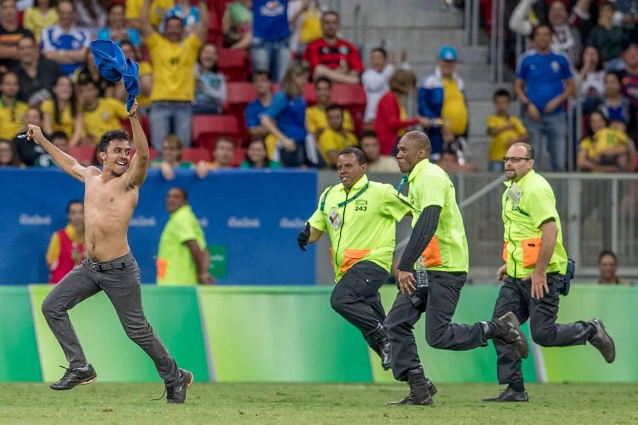 Torcedor invade o gramado na partida entre Brasil e Iraque no Estádio Nacional Mané Garrincha, em Brasília