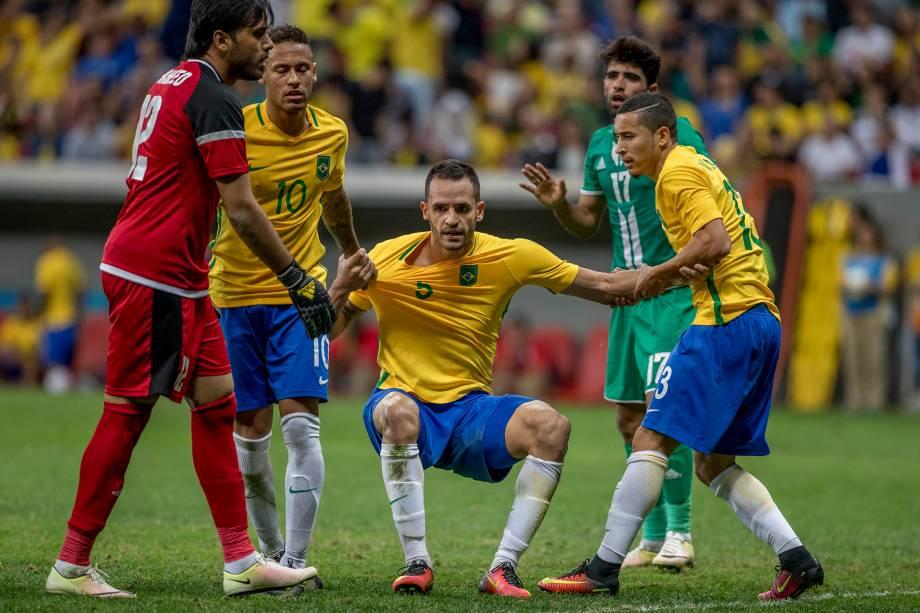 Renato Augusto é levantado pelos companheiros após jogada no empate com o Iraque, em Brasília
