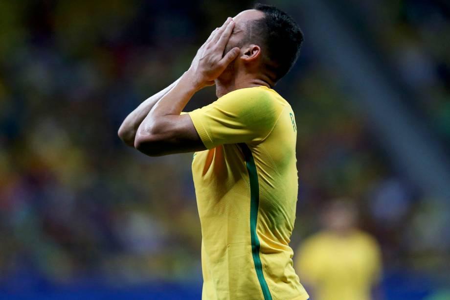 Renato Augusto lamenta chance perdida na partida contra o Iraque em Brasília