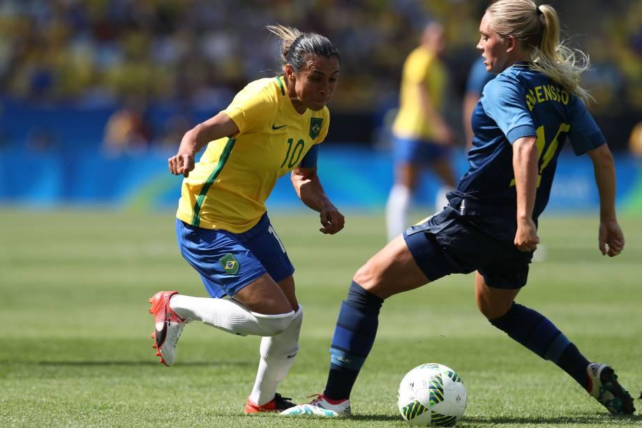 Marta tenta passar pela marcação da sueca Jessica Samuelsson durante a disputa da semifinal do futebol feminino no Maracanã