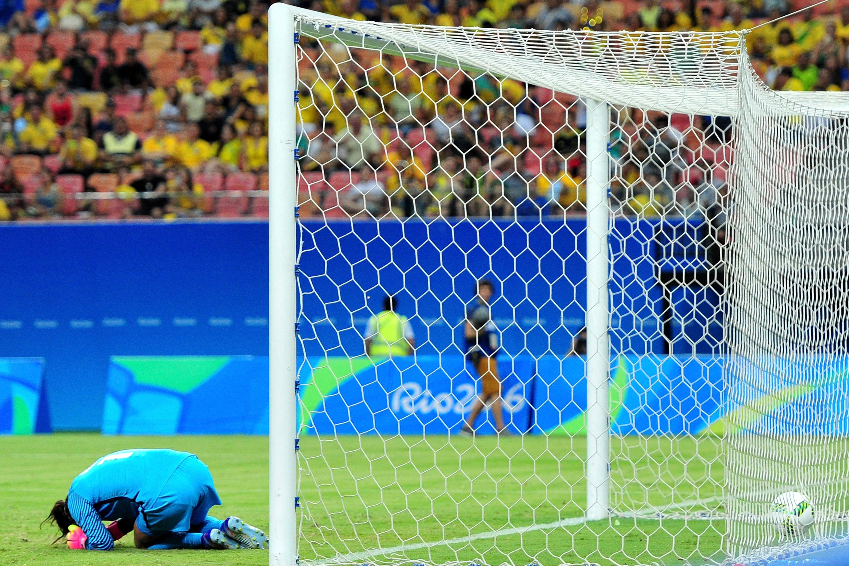 A goleira Hope Solo da seleção dos Estados Unidos, falha e sofre gol na partida contra a Colômbia, na Arena Amazônia, em Manaus