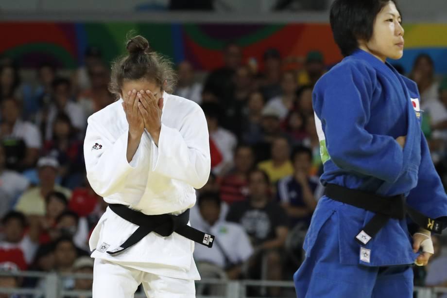 A judoca Majlinda Kelmendi do Kosovo comemora após vitória sobre a japonesa Misato Nakamura na categoria até 52 Kg