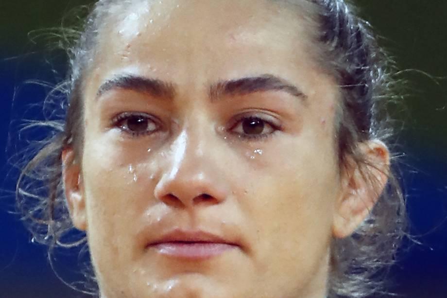A judoca Majlinda Kelmendi, do Kosovo, se emociona após conquistar a medalha de ouro na primeira participação do país em Olimpíadas