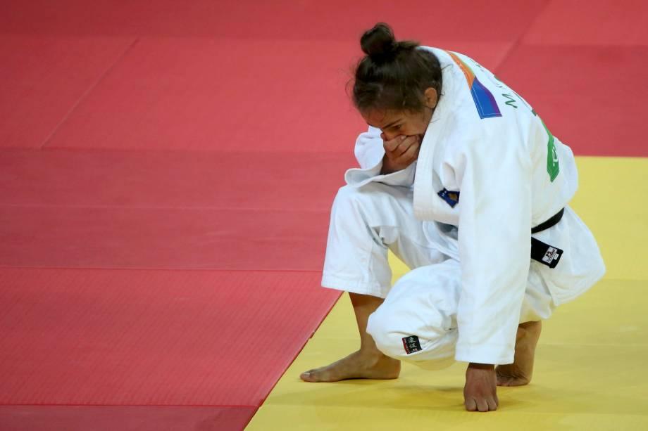 A judoca Majlinda Kelmendi do Kosovo na luta contra a japonesa Misato Nakamura na semifinal da categoria até 52 Kg