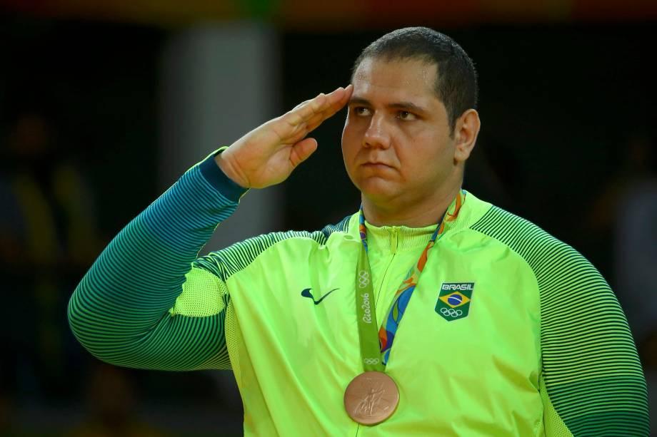 Atleta militar, o brasileiro Rafael Silva presta continência com a medalha de bronze na cerimônia de premiação do judô