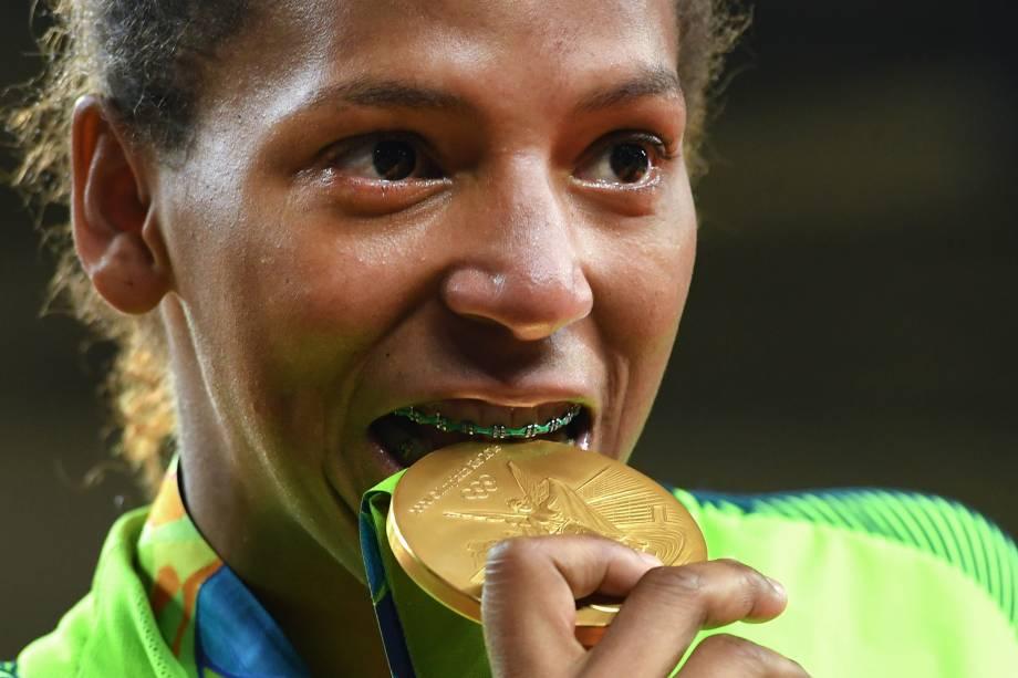 """O primeiro ouro veio com judoca Rafaela Silva. Ela derrotou Sumiya Dorjsuren, da Mongólia, na final e se tornou campeão olímpica na categoria até 57kg na segunda-feira (8). A brasileira venceu ao aplicar um wazari na adversária. A carioca de 24 anos não segurou as lágrimas. """"Treinei muito para estar aqui"""", disse. Rafaela havia sido desclassificada em Londres 2012, foi criticada, xingada, e chegou a pensar em parar, mas deu a volta por cima."""