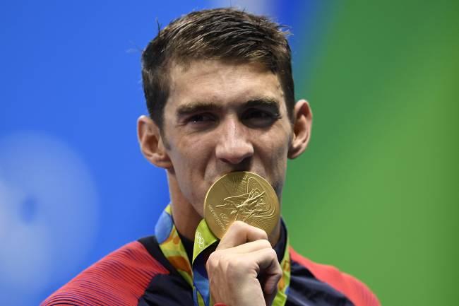 Michael Phelps conquista mais uma medalha de ouro após vitória da equipe americana no 4x100m livre
