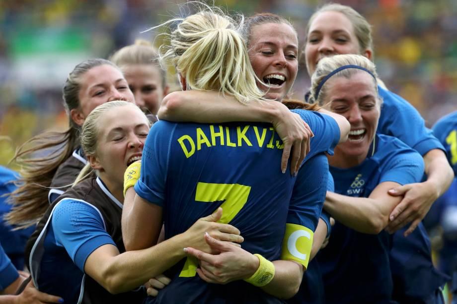 Jogadoras suecas comemoram a classificação para a final após superar o Brasil nos pênaltis