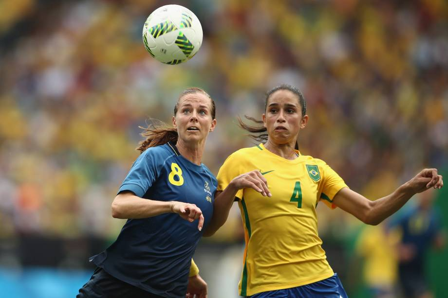 A sueca Lotta Schelin disputa jogada com a brasileira Rafaelle na semifinal do futebol feminino no estádio do Maracanã