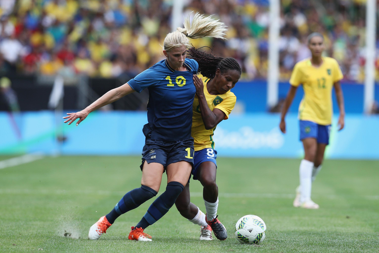 A sueca Sofia Jakobsson disputa jogada com a brasileira Formiga