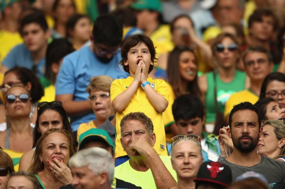 Torcida fica tensa durante a disputa de pênaltis entre Brasil e Suécia no Maracanã