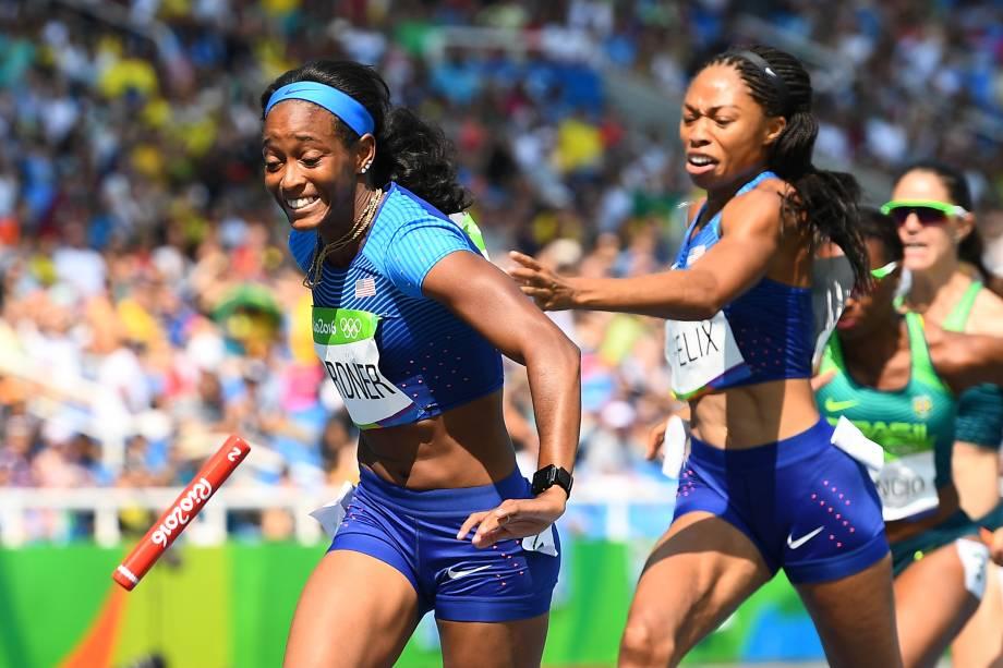 Equipe dos Estados Unidos deixa cair o bastão durante prova classificatória do revezamento 4x100m feminino