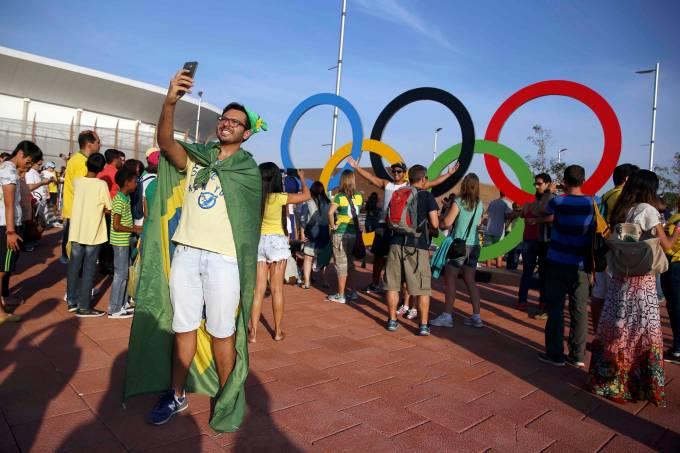 Visitante faz uma selfie no Parque Olímpico durante a Rio-2016