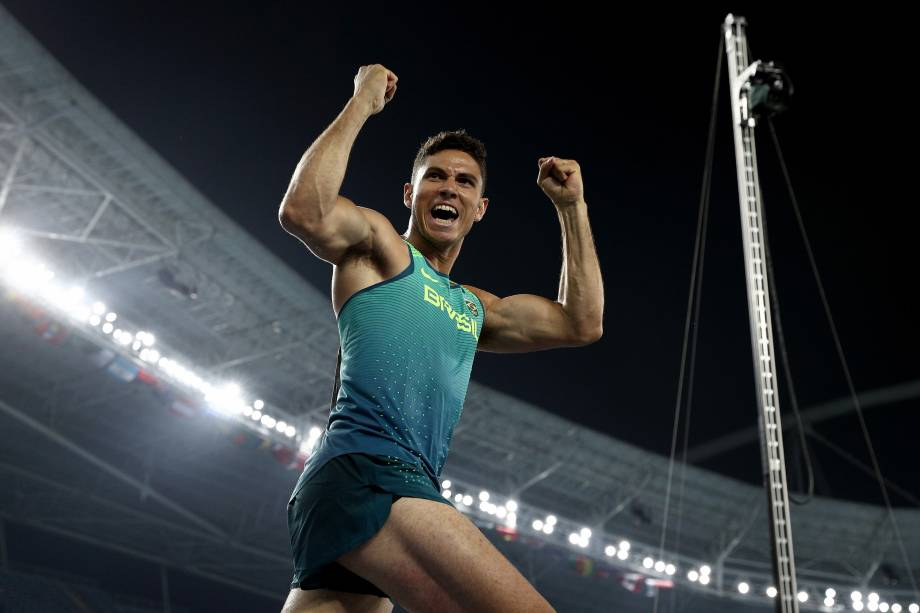 O brasileiro Thiago Braz comemora a medalha de ouro no salto com vara após saltar 6,03m e superar o francês Renaud Lavilleniena na briga pelo primeiro lugar