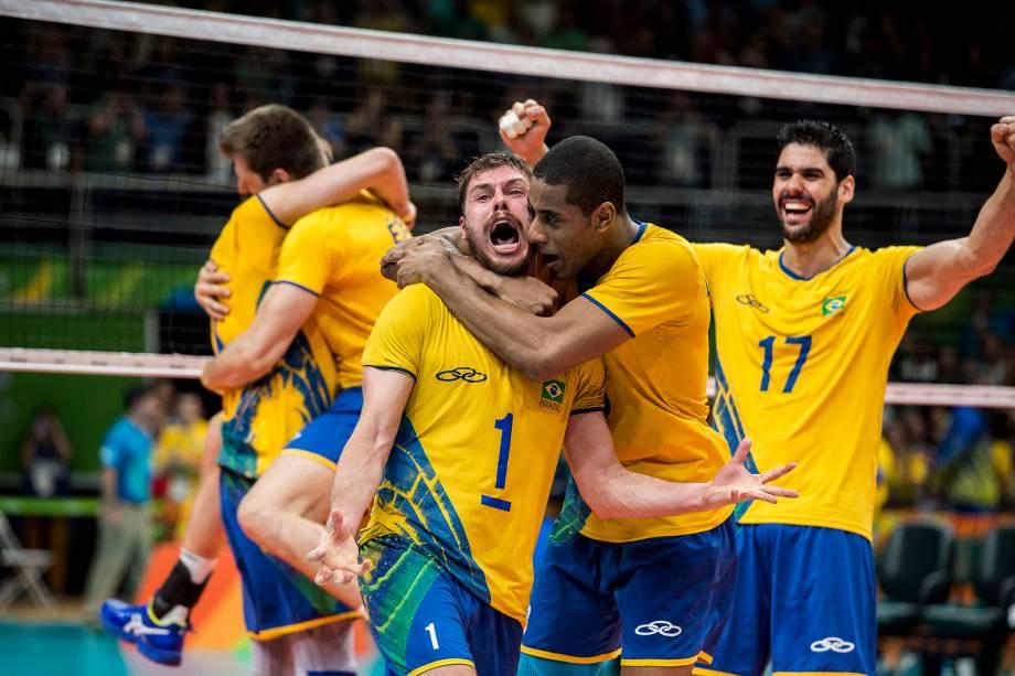 Bruno comemora com Lucarelli a conquista da medalha de ouro após vitória sobre a Itália na final do torneio olímpico