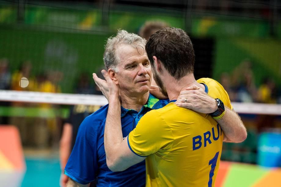 O técnico Bernardinho recebe o abraço do filho Bruno após conquista da medalha de ouro da seleção brasileira na Rio-2016
