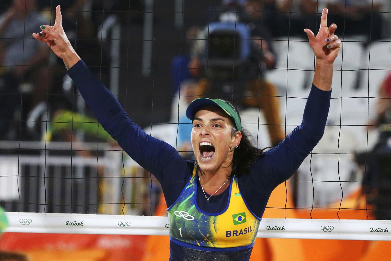 A brasileira Ágatha Bednarczuk comemora ponto durante as quartas-de-final do vôlei de praia feminino de duplas - 14/08/2016