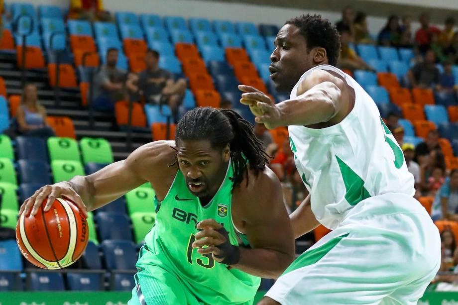 Nenê Hilário é marcado pelo nigeriano Ike Diogu, durante partida entre Brasil e Nigéria, válida pelo grupo B do torneio olímpico de basquete masculino, realizada na Arena Carioca 1 - 15/08/2016