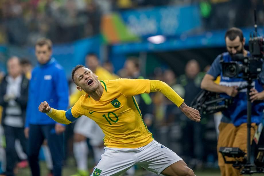 O jogador Neymar comemora gol durante partida entre Brasil e Colômbia, válida pelas quartas-de-final do futebol masculino, realizada na Arena Corinthians, em Itaquera, zona leste de São Paulo (SP) - 13/08/2016
