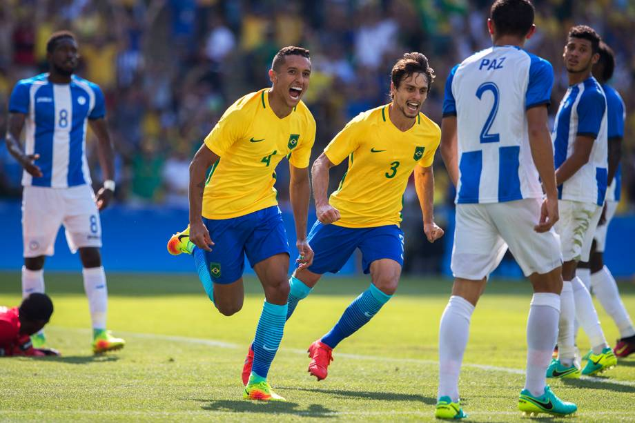 Jogadores comemoram gol durante partida entre Brasil e Honduras, válida pelas semifinais do torneio olímpico de futebol masculino, realizada no Estádio do Maracanã - 17/08/2016