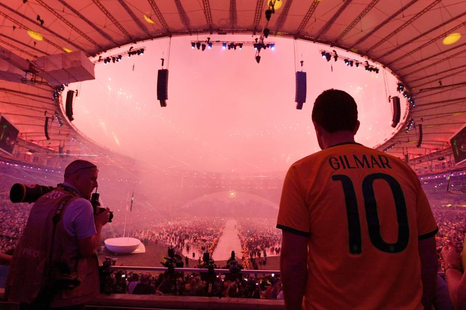 Espectador assiste aos fogos de artifício durante a cerimônia de abertura dos Jogos Olímpicos Rio 2016